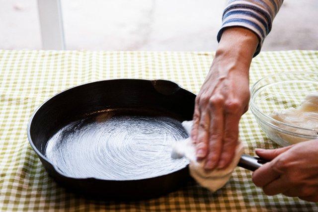 обработка сковородки жиром