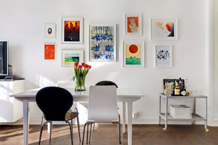Интерьер с картинами на кухне