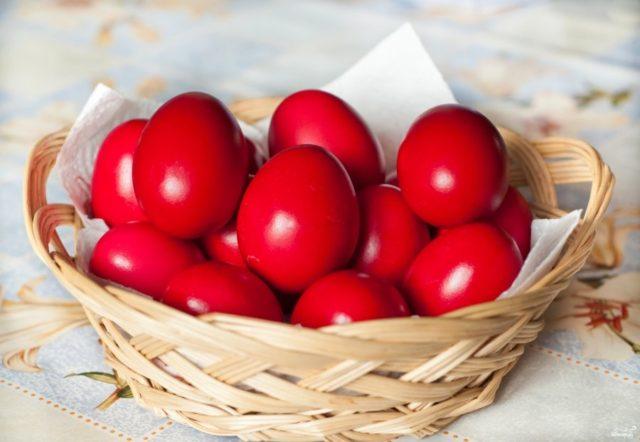 Покрашенные яйца шелухой