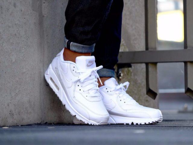 Белые кроссовки со шнурками