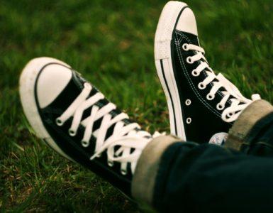 Как отстирать белые шнурки