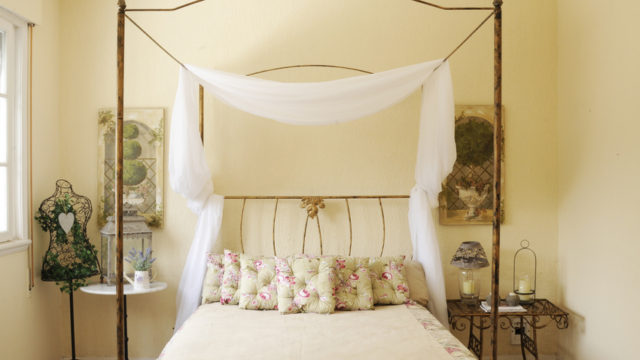 Текстиль в изголовье кровати