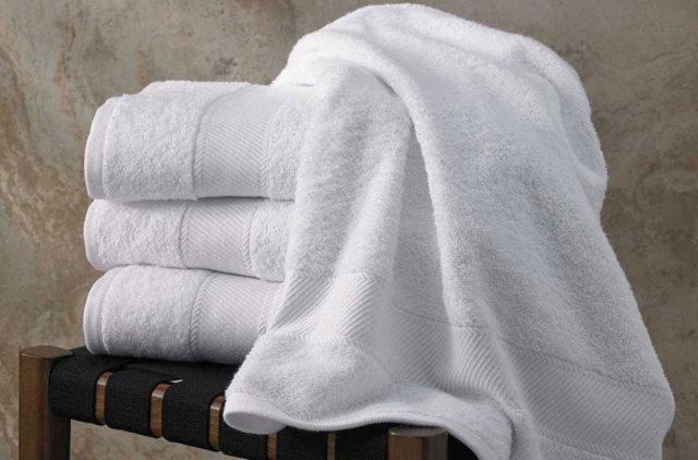 Белое полотенце для ванны