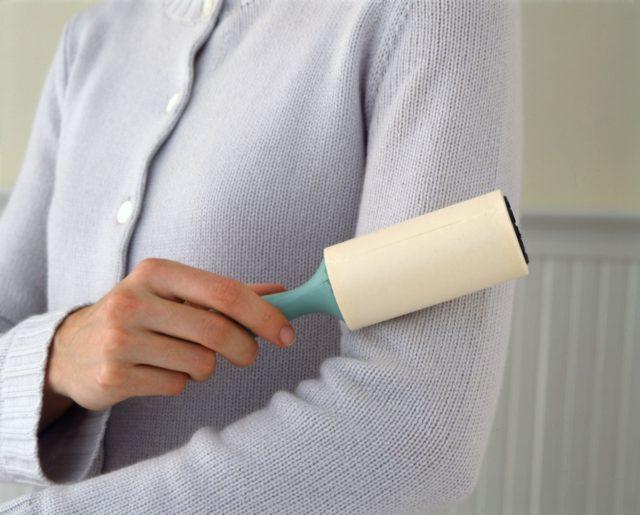 Липкий ролик для чистки одежды
